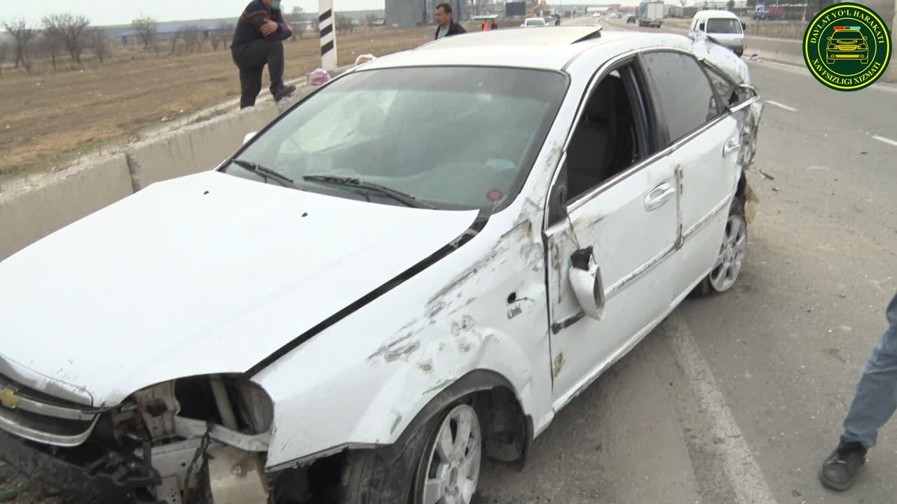 Водитель Lacetti не справился с управлением и врезался в бетонное ограждение