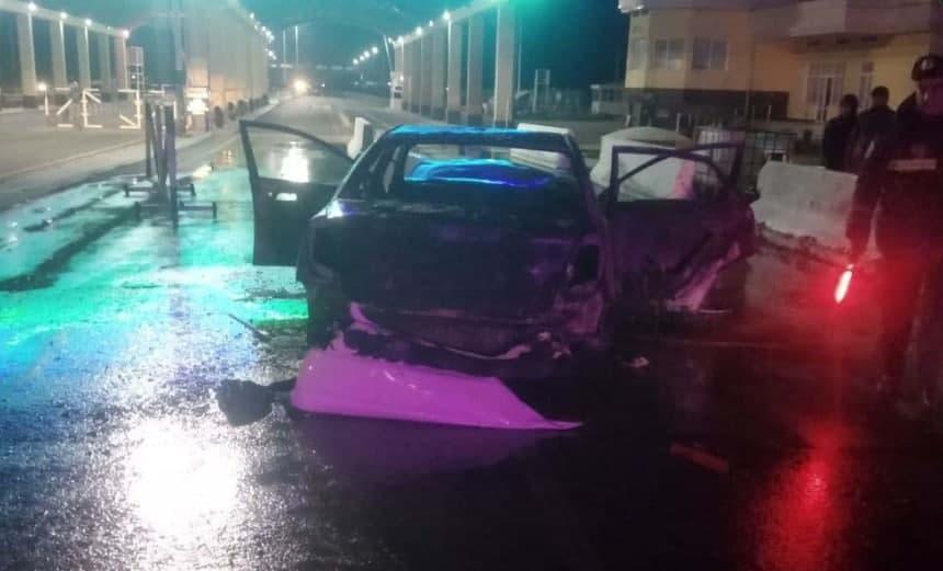 Автомобиль врезался в шлагбаум в Навоийской области и загорелся