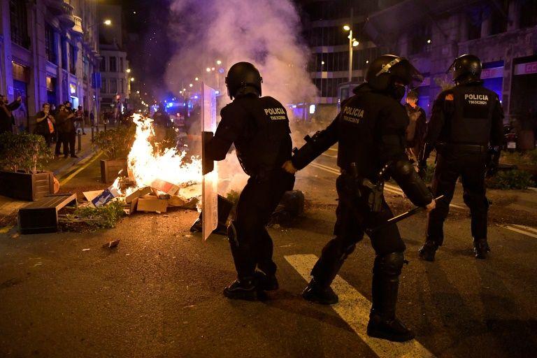 В Испании протесты в поддержку рэпера Пабло Хаселя переросли в беспорядки