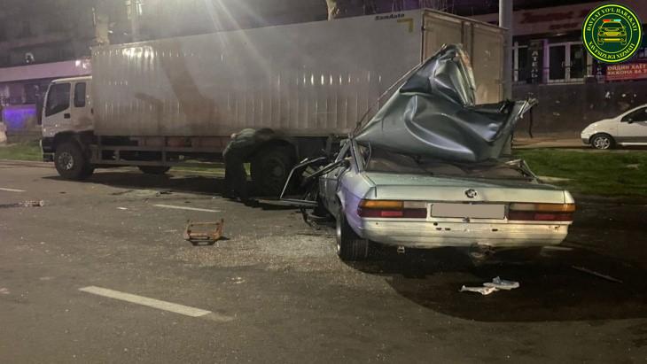 В Учтепинском районе водитель BMW врезался в грузовик: двое пассажиров погибли — видео