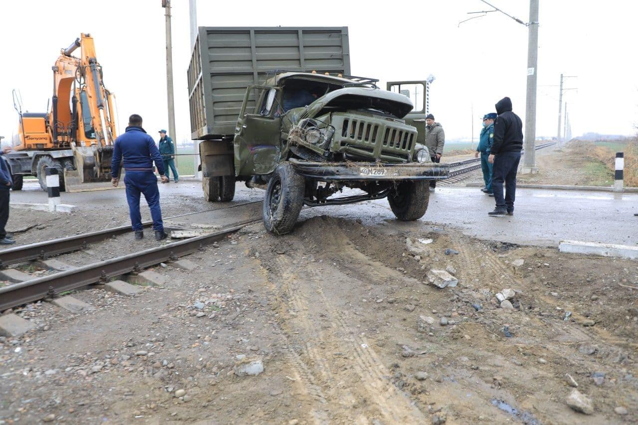 Грузовик столкнулся с поездом в Наманганской области