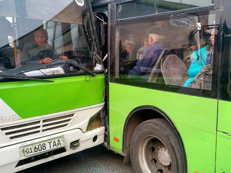 В столице столкнулись два пассажирских автобуса