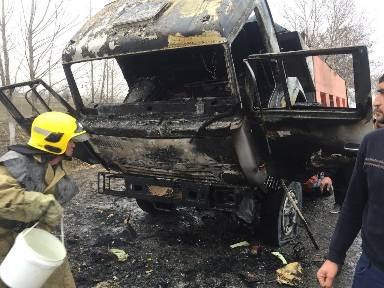 В Самаркандской области загорелся грузовик «КАМАЗ» — видео