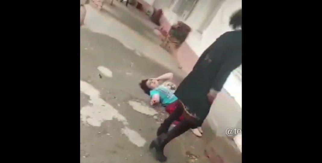 В Самаркандской области женщина ударила мать двоих детей и волокла ее по земле – видео