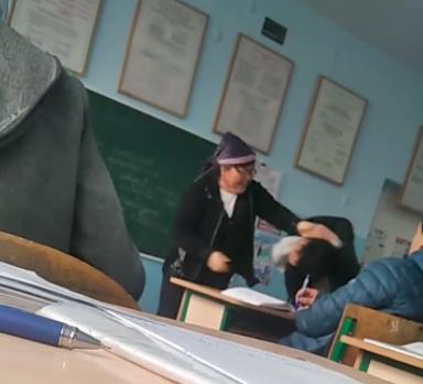 В Ангрене учительница биологии избила ученика старших классов — видео