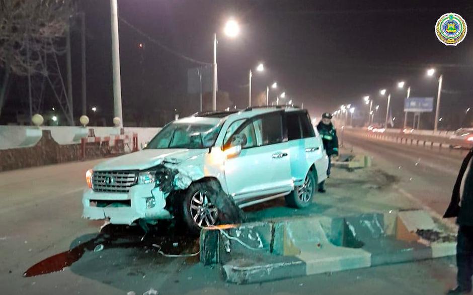 В Ташкенте водитель Toyota врезался в Lacetti и чуть не сбил троих инспекторов ДПС