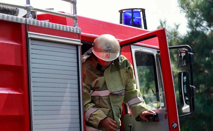 В Бекабаде спасли мужчину при пожаре в одном из домов