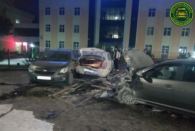 17-летний водитель Cobalt сбил автобусную остановку и два авто в Ташкенте — фото