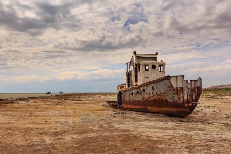 Верблюды, одинокие корабли и песок: что осталось от Аральского моря – фото
