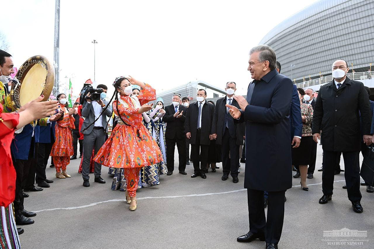 Танцы, песни и благословения стариков: Шавкат Мирзиёев поучаствовал в народных гуляньях — фото