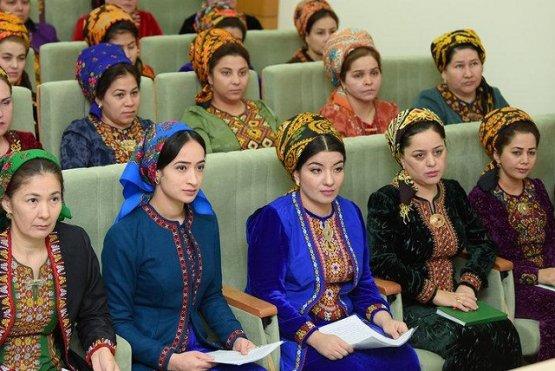 Президент Туркменистана подарит женщинам по 17 долларов на восьмое марта