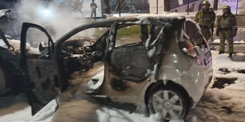 В Ташкенте в результате столкновения двух автомобилей произошел пожар