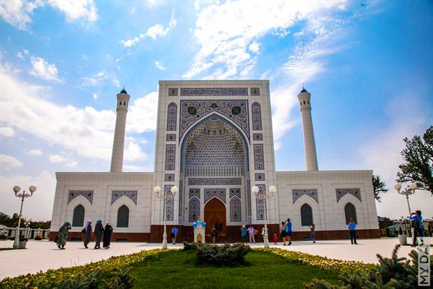 В ГУБДД попросили узбекистанцев посещать пятничную молитву пешком