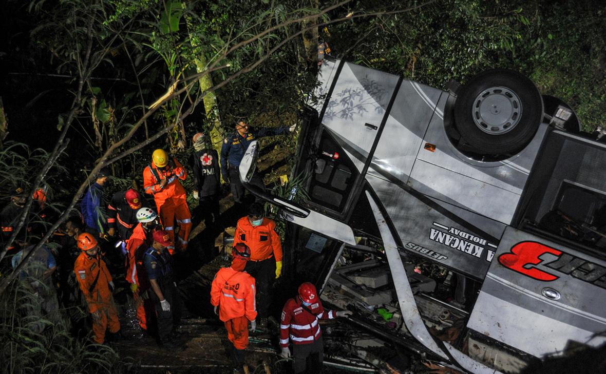 В Индонезии более 26 человек погибли при падении школьного автобуса с обрыва