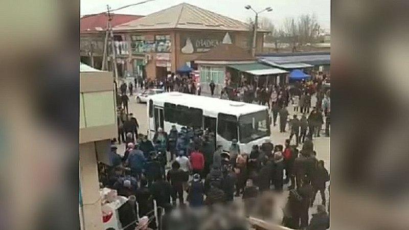 В Гулистане сотрудники Нацгвардии и УВД заталкивали людей в автобус — видео