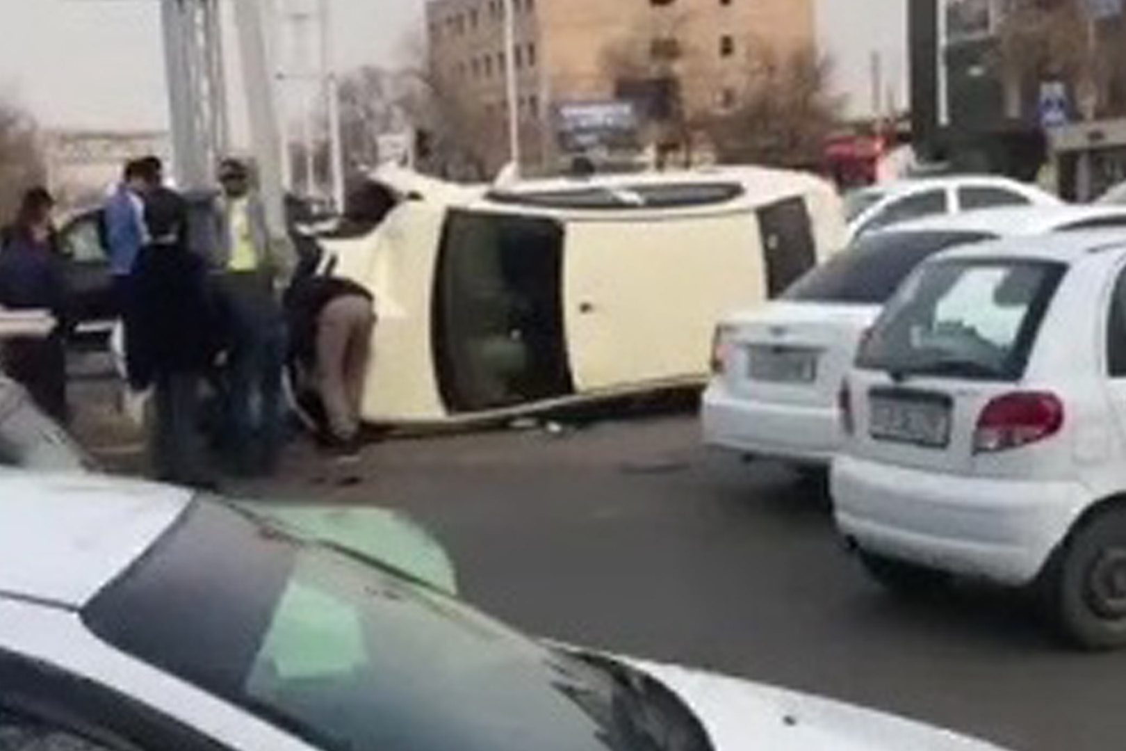В Ташкенте столкнулись два автомобиля — видео