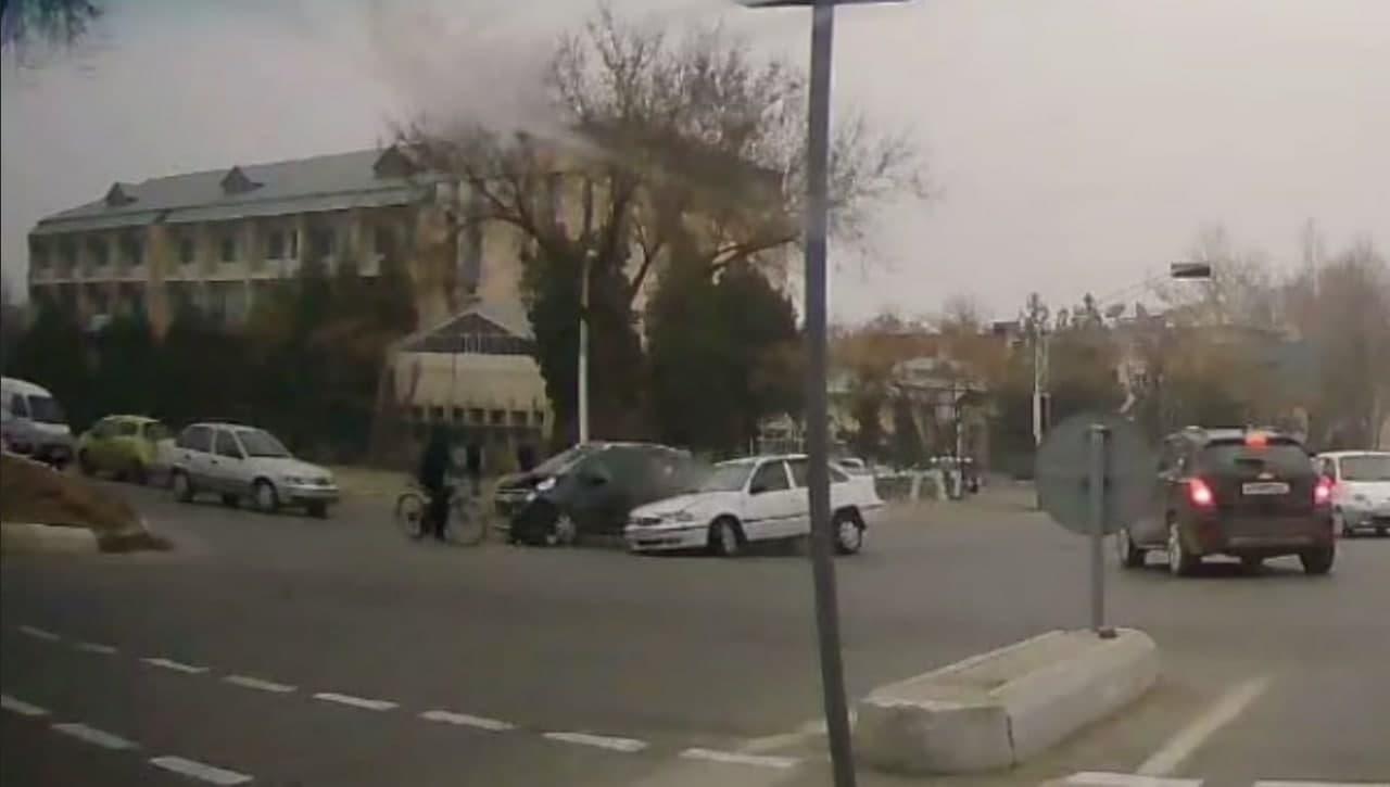 В Ферганской области автомобиль Spark столкнулся с Nexia — видео