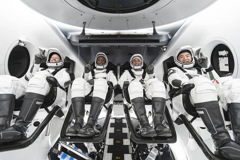 Укомплектован первый гражданский экипаж Crew Dragon для полета в космос