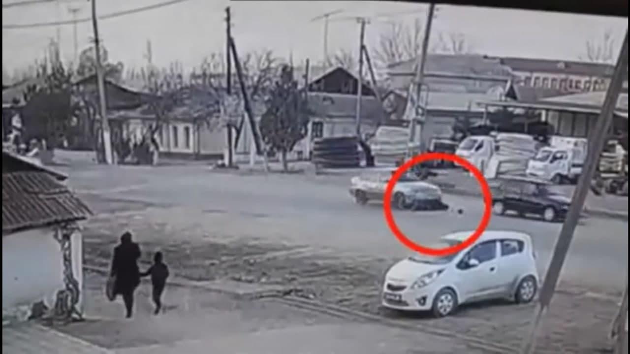 В Андижанской области велосипедиста сбили две Nexia — видео