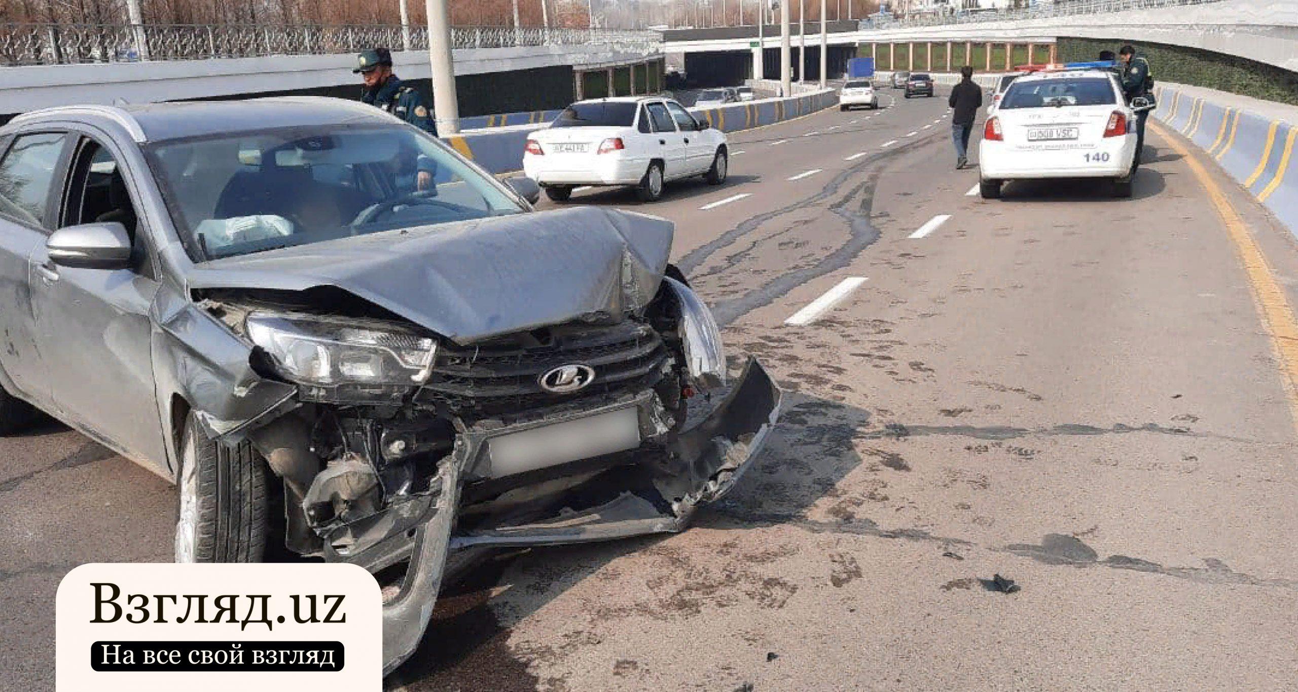 В Ташкенте водитель Lada Vesta врезался в бетонное ограждение