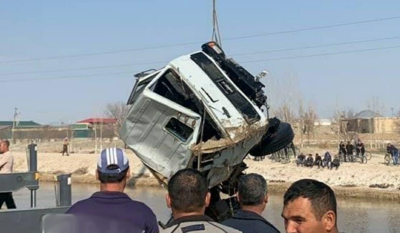 В Бухаре грузовик упал в канаву – видео