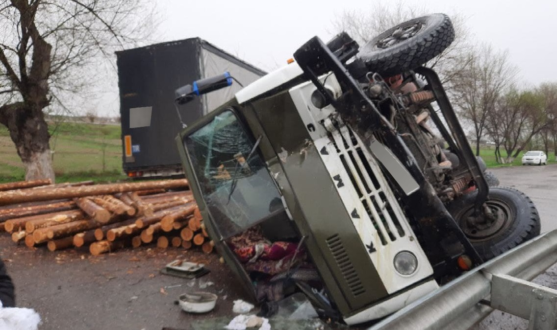 Два грузовика столкнулись в Сырдарьинской области