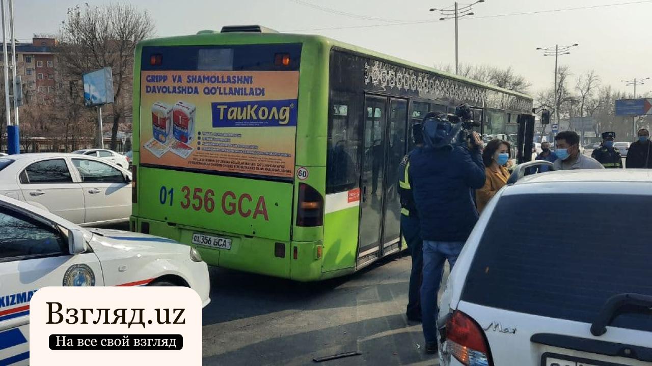 Matiz столкнулся с пассажирским автобусом в Ташкенте