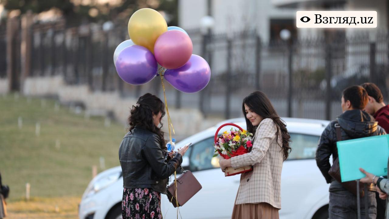 Много цветов, шарики и подарки в пакетах: что дарили узбекистанцы девушкам и женщинам на 8 марта — фоторепортаж