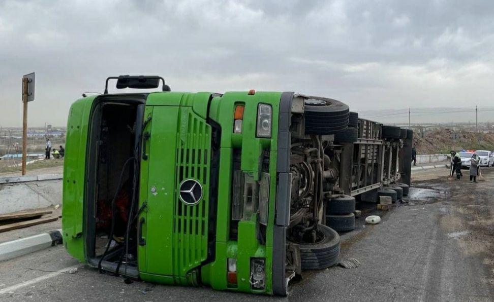 В Самаркандской области перевернулся грузовой автомобиль