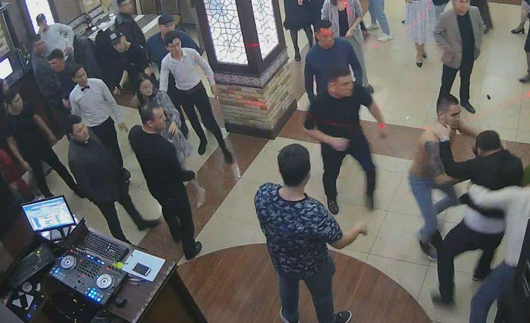 В нукусском ресторане трое мужчин избили музыканта — фото