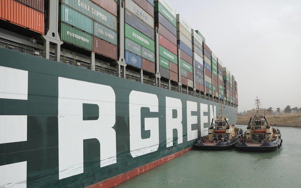 Застрявший в Суэцком канале контейнеровоз Ever Given сдвинулся с места