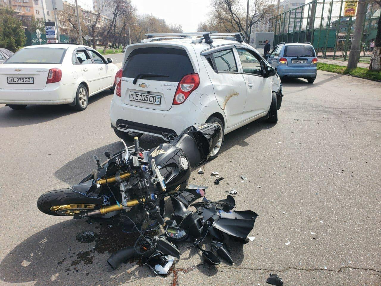Столкнулись Spark и мотоцикл Honda в Юнусабадском районе Ташкента