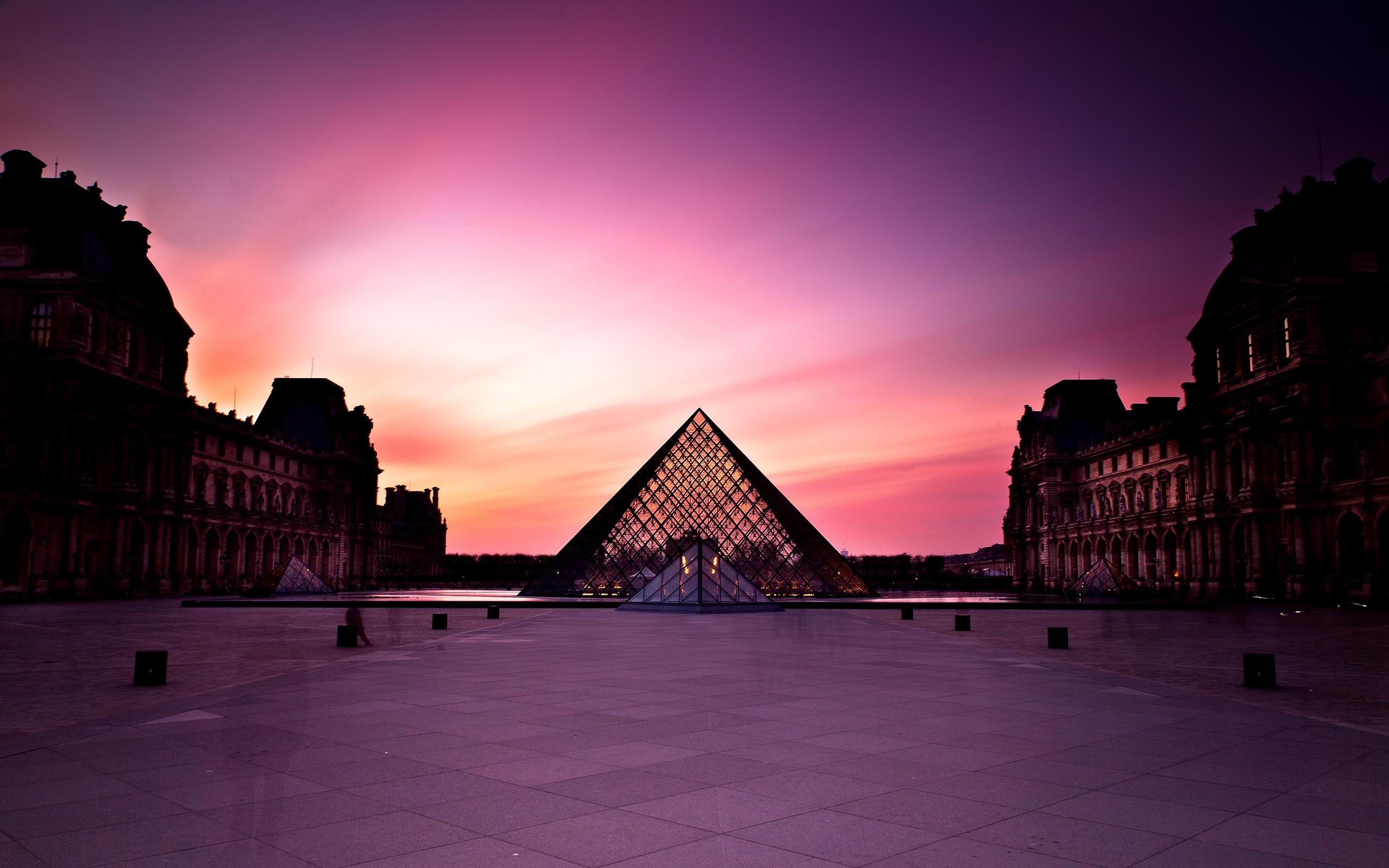 Картины, статуи и скульптуры: как выглядит Лувр – фото