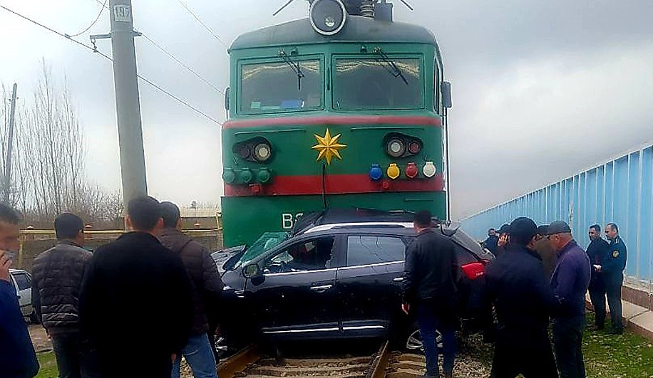 Грузовой поезд протаранил автомобиль в Ташкентской области