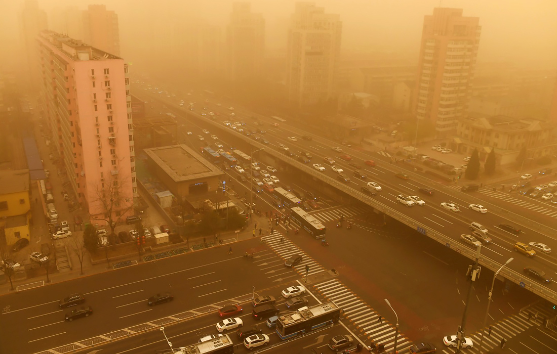 Пекин замело самой сильной песчаной бурей за последнее десятилетие — фото