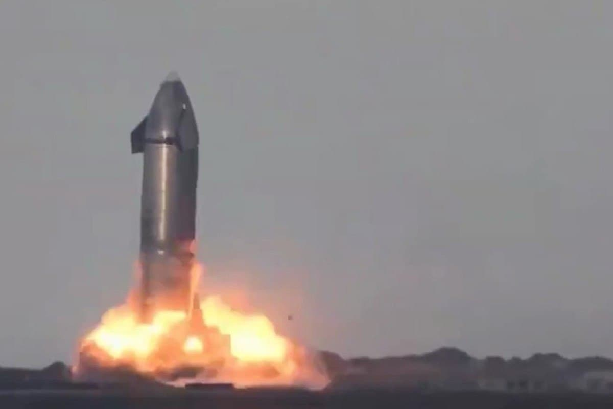 Прототип космического корабля Starship впервые совершил посадку на площадке в Техасе и взорвался  – видео