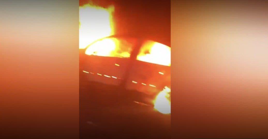 Во Франции протестующие во время беспорядков сожгли несколько машин и разгромили автобусные остановки – видео