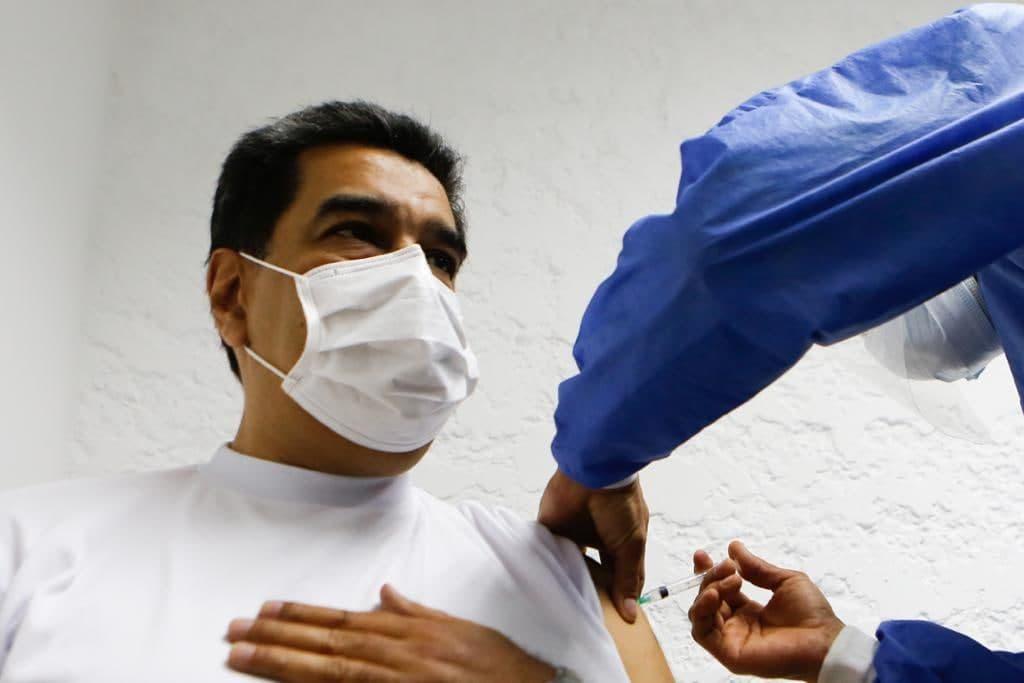 Президент Венесуэлы и его жена получили прививку вакцинной Sputnik V