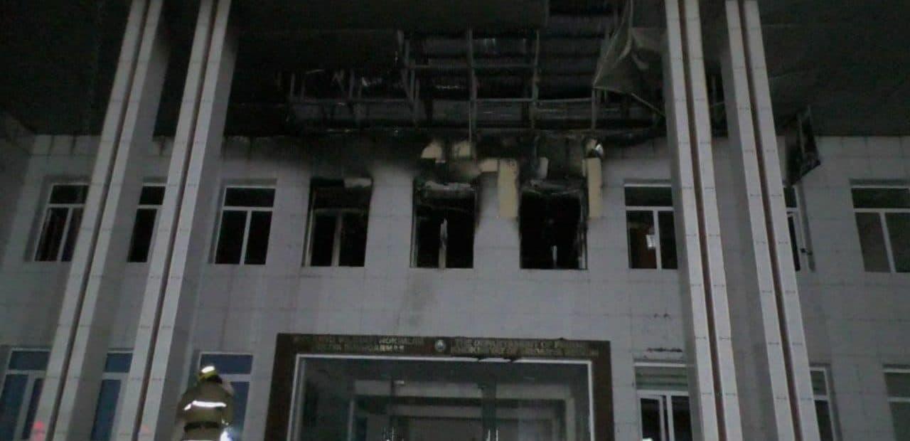 В административном здании Главного управления финансов Сырдарьи произошел пожар — видео