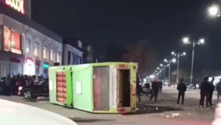 В Ташкенте перевернулся пассажирский автобус — видео