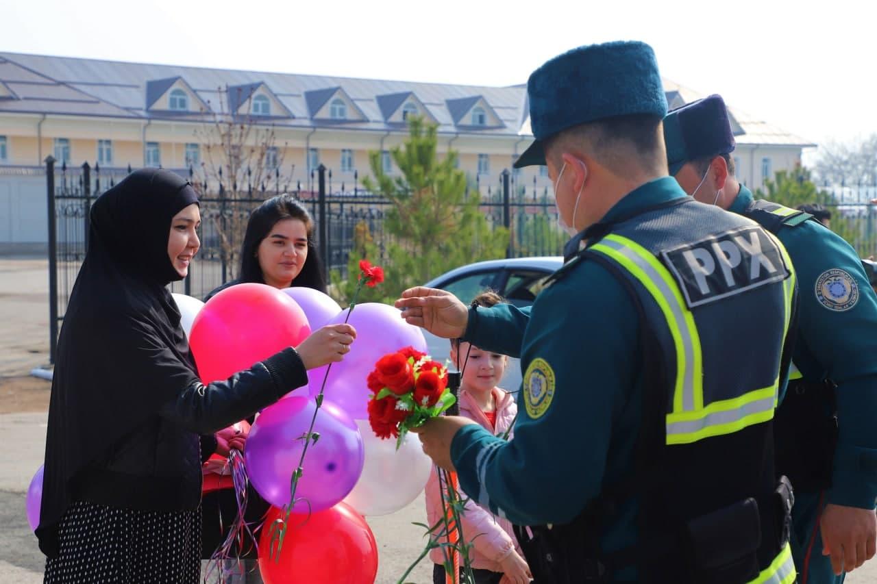 На дорогах Ташкента инспекторы ДПС и ППС подарили женщинам цветы – фото