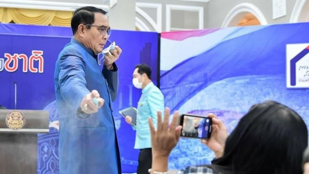 Премьер-министр Таиланда распылил антисептик на журналистов за неудобный вопрос — видео