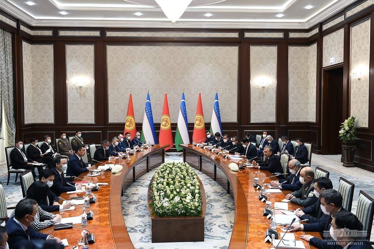 Переговоры глав государств Узбекистана и Кыргызстана продолжились с участием официальных делегаций двух стран
