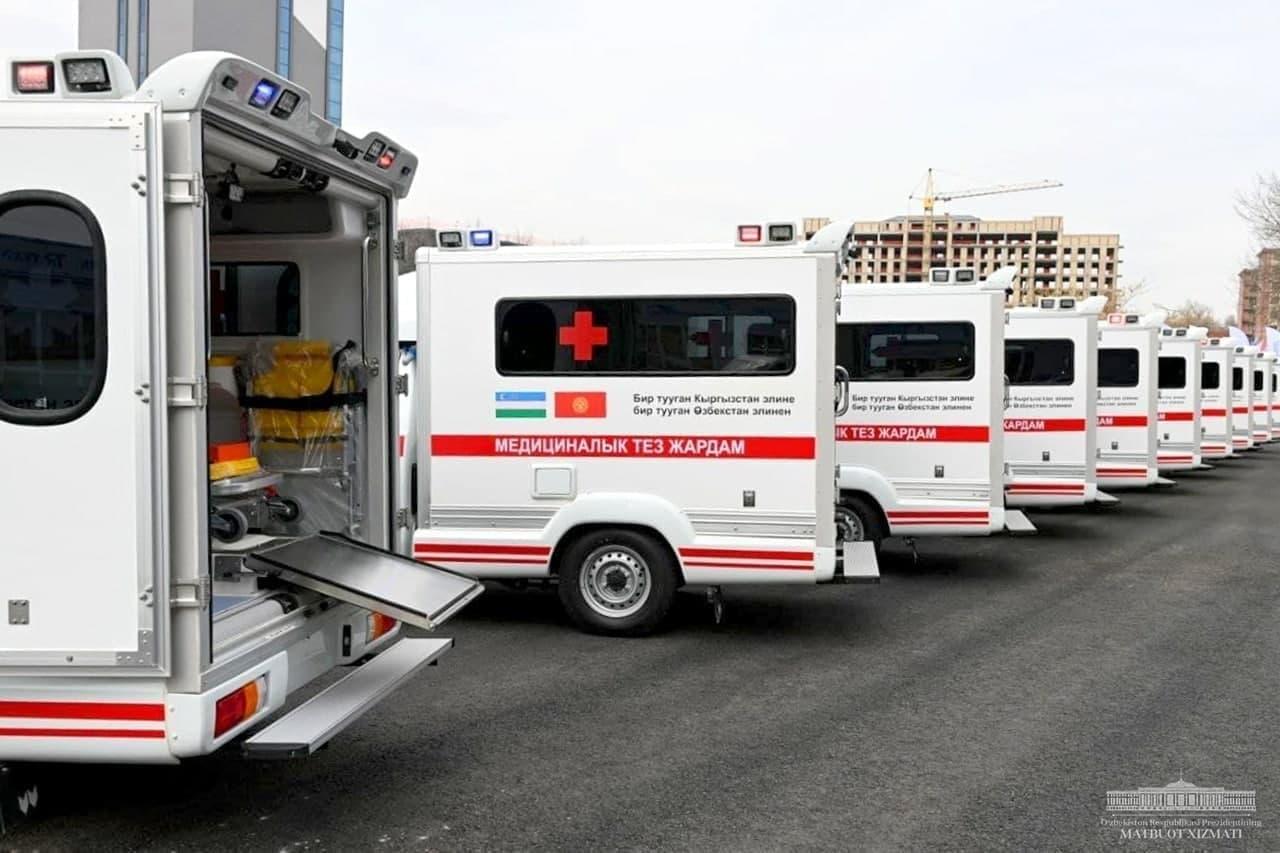 Узбекистан передал Кыргызстану машины скорой помощи