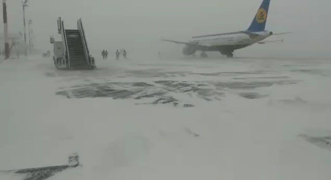 Международный аэропорт Ургенча засыпало снегом – видео