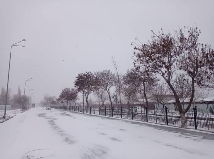 Из-за сильной метели в Хорезме многие дома остались без электричества