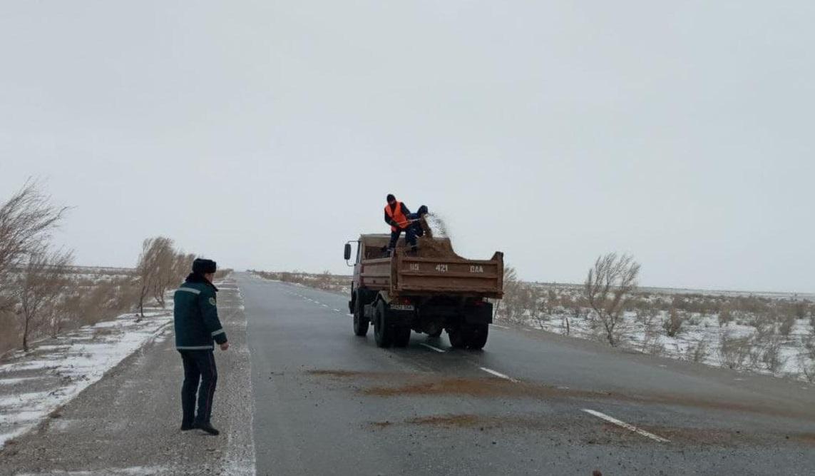 В Навоийской области приостановили движение автомобилей на одной из дорог