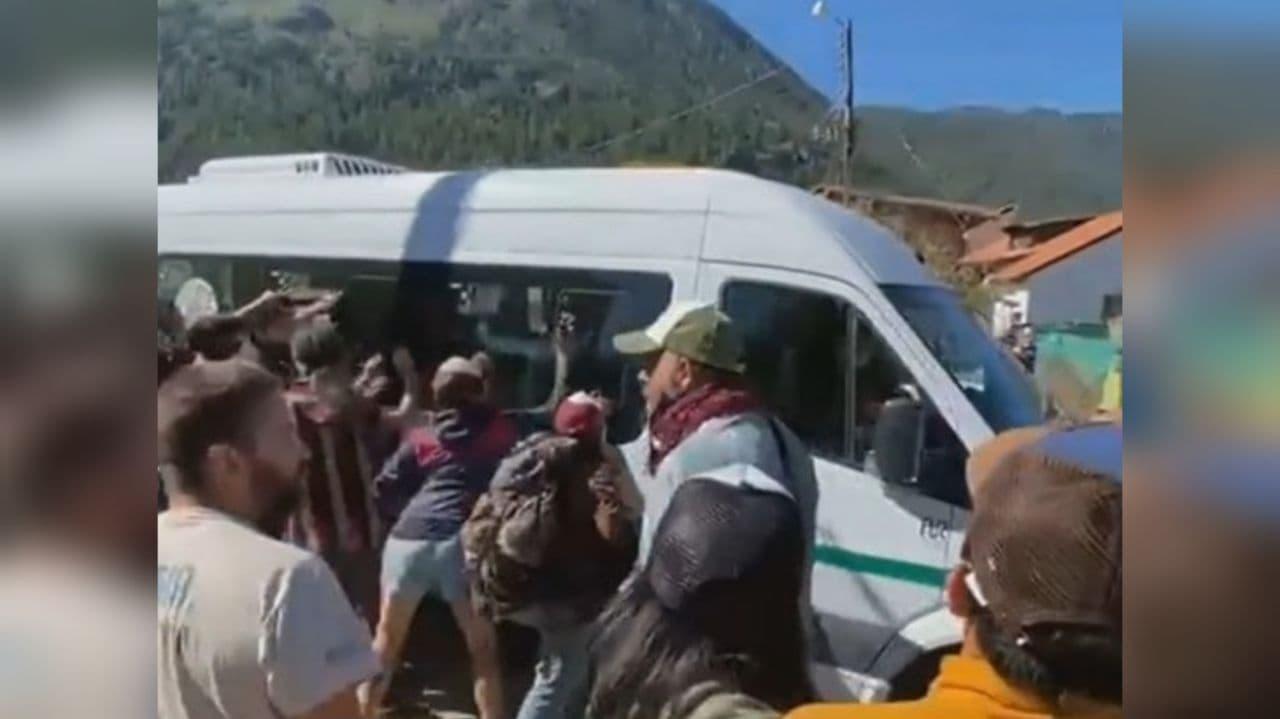 Протестующие забросали камнями автомобиль, в котором находился президент Аргентины – видео
