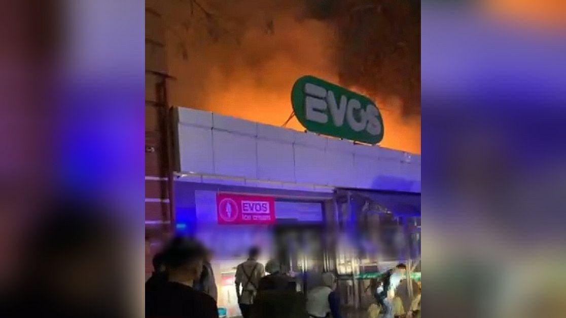 В одном из филиалов EVOS в Ташкенте произошел пожар – видео