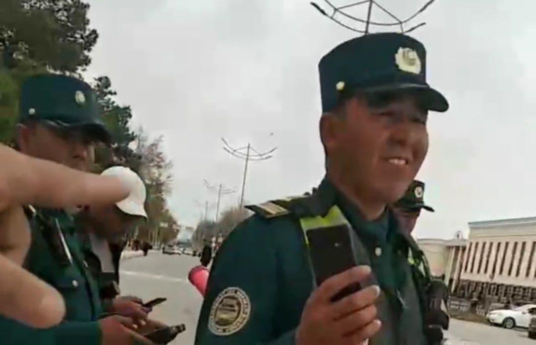 В Кашкадарьинской области инспектор ДПС отобрал у мужчины документы и телефон – видео